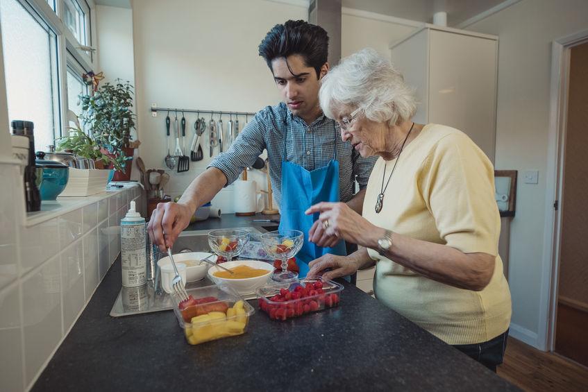 cocinando crema fria de mango con abuela