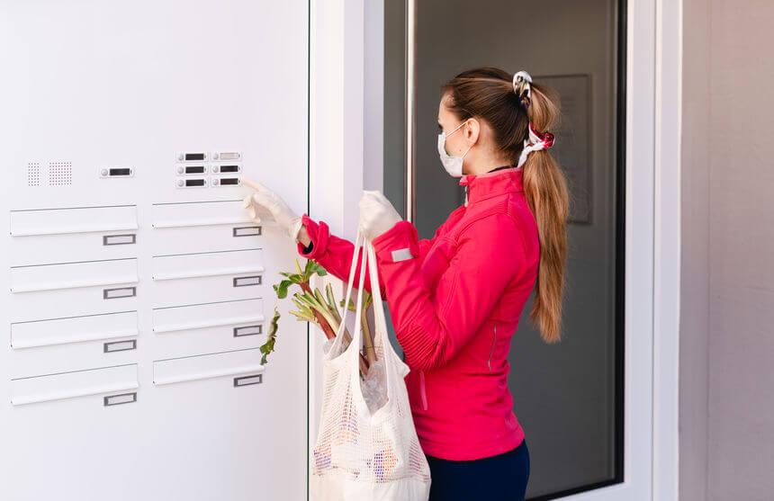 imagen destacada del artículo sobre iniciativas solidarias durante la crisis del Coronavirus en España donde se ve a una mujer joven ayudando a llevar la compra a sus vecinos