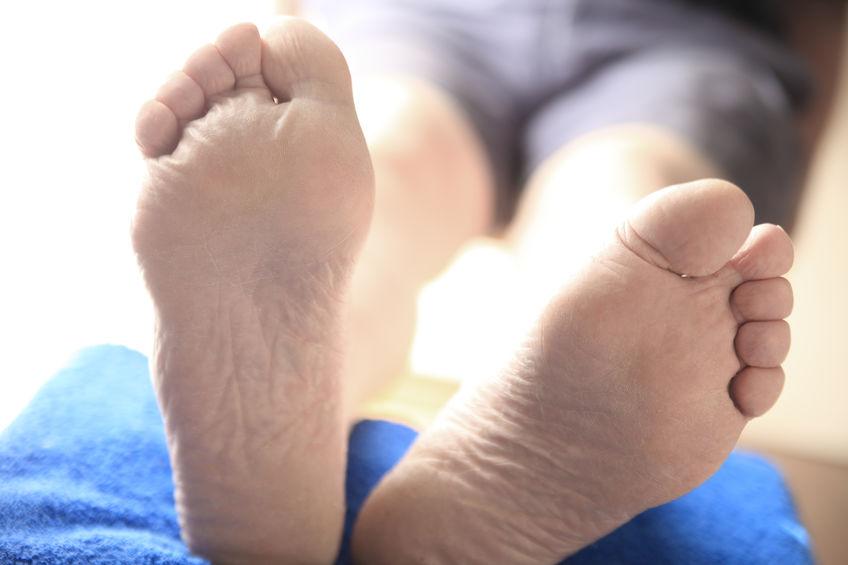 imagen de los pies de una persona mayor sobre una toalla o cojín