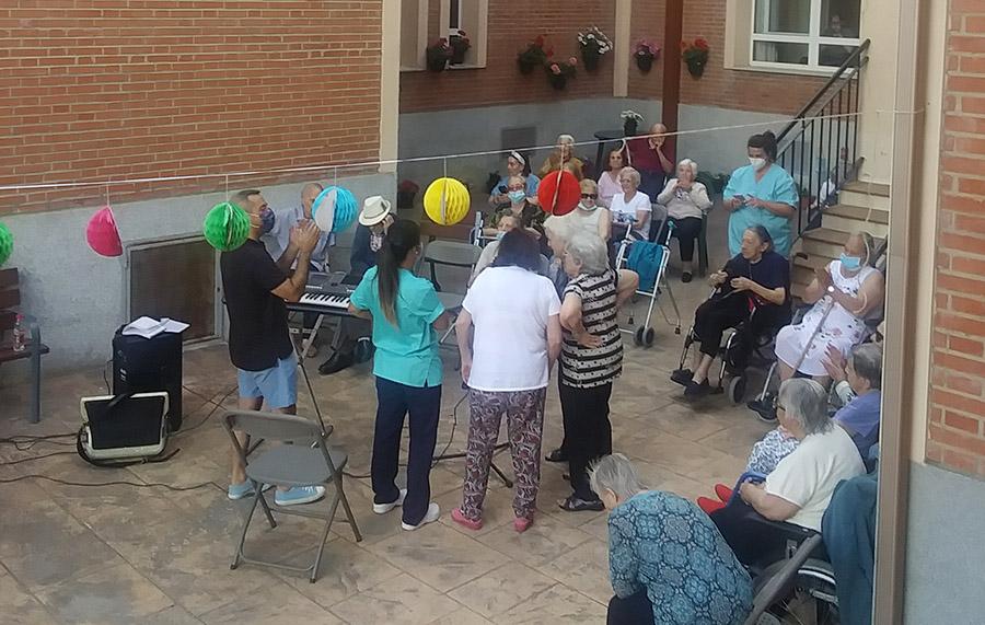 Celebración del Día de los Abuelos en la Residencia de Guadalix de la Sierra