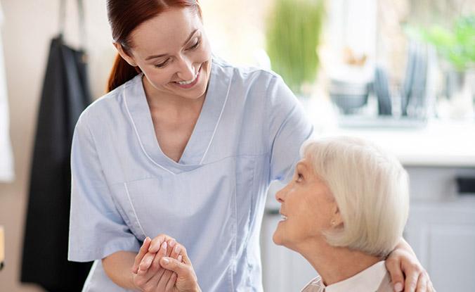 Cuidado de personas mayores: cómo formarte profesionalmente